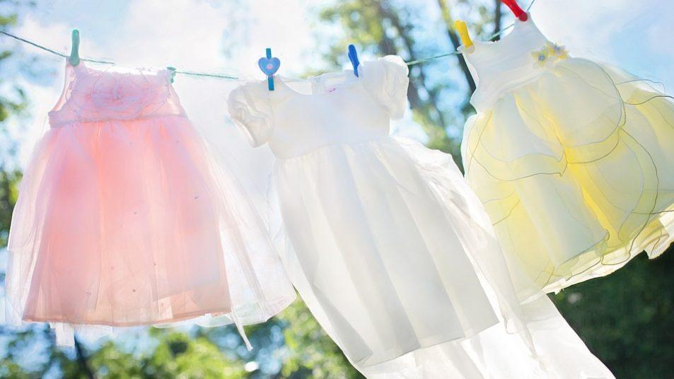 Kinderkleider in der Sonne