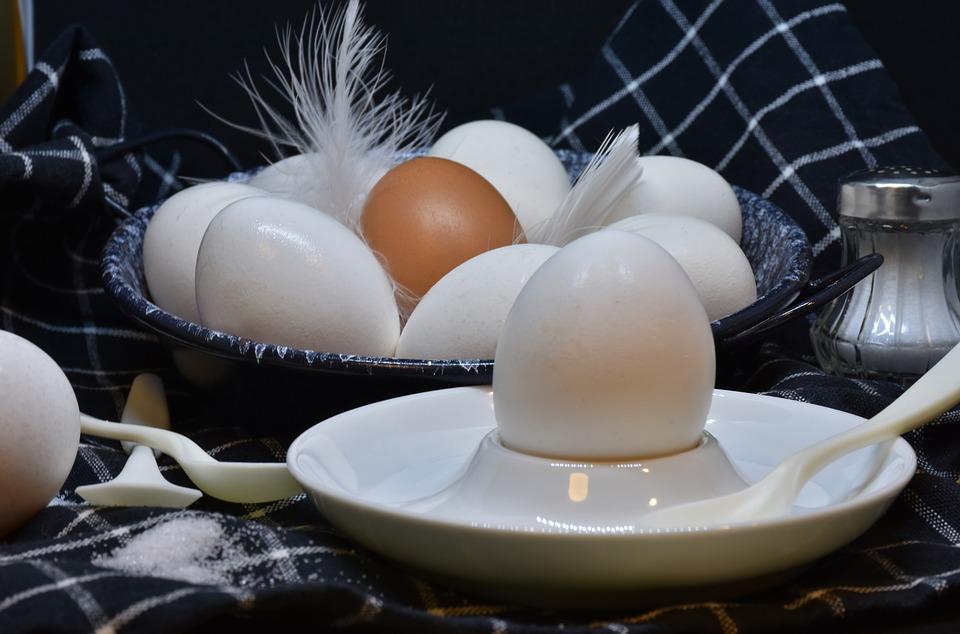 verschiedene Eier im Eierbecher und in einer Schale